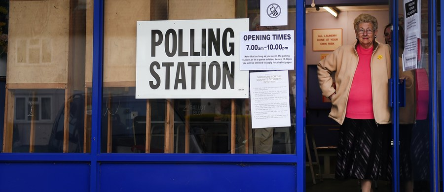 Brytyjska Izba Gmin poparła rządowy wniosek o samorozwiązanie parlamentu, zgodnie z którym przedterminowe wybory parlamentarne odbędą się 8 czerwca - niespełna trzy lata wcześniej, niż wynikałoby z kalendarza wyborczego.