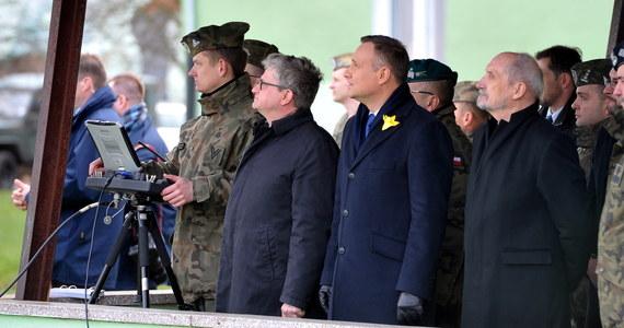 """""""Najważniejszą sprawą jest przywrócenie elementarnego poczucia sprawiedliwości i bezpieczeństwa, ważne jest, aby był odbudowywany potencjał polskiej armii, po latach tego, jak była osłabiana"""" - powiedział prezydent na spotkaniu z mieszkańcami Wałcza w Zachodniopomorskiem. Andrzej Duda podkreślał, że jego wielką ambicją jest, aby Polska zwana """"Polską B"""" stała się """"Polską A""""."""
