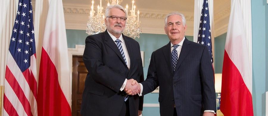 Szef polskiej dyplomacji Witold Waszczykowski prosi nową amerykańską administrację o pomoc w śledztwie smoleńskim. Minister spraw zagranicznych spotkał się z amerykańskim sekretarzem stanu Rexem Tillersonem. Rozmowa trwała 45 minut.