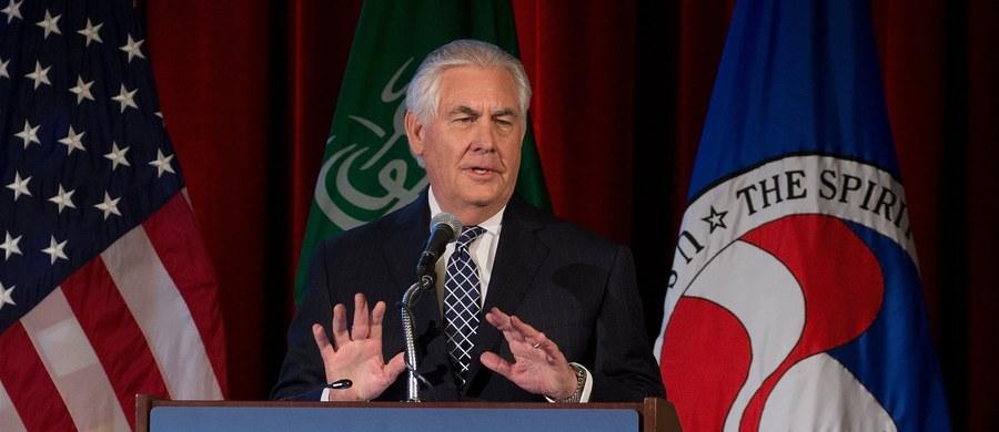 """Sekretarz stanu USA Rex Tillerson oskarżył Iran o """"nieustające alarmujące prowokacje"""" zmierzające do zdestabilizowania państw Bliskiego Wschodu. Administracja prezydenta Donalda Trumpa przystąpiła do przeglądu polityki wobec tego kraju."""