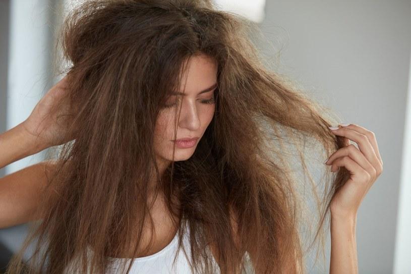 Mocne, zdrowe i lśniące włosy są marzeniem każdej z nas. Jednak nieodpowiednia pielęgnacja, dieta uboga w składniki odżywcze czy osłabienie organizmu sprawiają, że kosmyki mogą stać się suche, łamliwe i matowe. Jak szybko przywrócić im blask? Sprawdzone porady znajdziecie w naszym tekście.