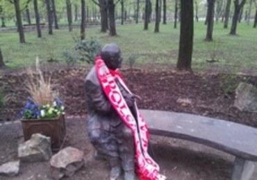 Biało-czerwone szaliki na pomnikach. Biało-czerwone flagi w oknach