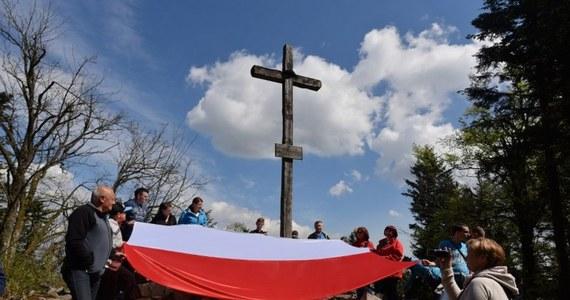 Pięciu naszych dziennikarzy wspięło się na pięć szczytów, aby rozwiesić biało-czerwone flagi! W ten sposób uczciliśmy Dzień Flagi Rzeczpospolitej Polskiej! Dotarliśmy więc na Rysy, Babią Górę, Śnieżkę, Tarnicę i Łysicę.