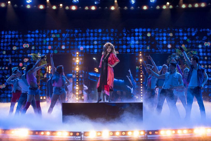 """W kolejnym odcinku siódmej edycji show """"Twoja Twarz Brzmi Znajomo"""" na scenie pojawi się Joanna Jabłczyńska jako Sandra. Zobaczcie fragment jej występu!"""