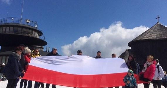 """""""Szaliki na pomniki"""", flagi na pięciu polskich szczytach, tegoroczna biało-czerwona sztafeta... Wspólne świętowanie 2 maja to już tradycja w RMF FM! Przypominamy Wam, jak obchodziliśmy Dzień Flagi w ubiegłych latach."""