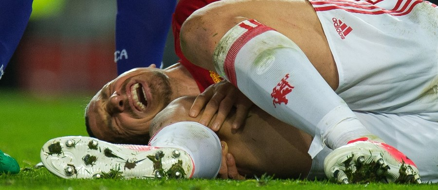 """W czasie meczu Manchesteru United z Anderlechtem bardzo poważnej kontuzji nabawił się napastnik """"czerwonych diabłów"""" Zlatan Ibrahimowić. Podczas skoku do piłki Szwedowi nienaturalnie wygięło się kolano. Angielska prasa spekuluje, że mogło dojść do zerwania wiązadła krzyżowego. Jeśli te przypuszczenia się potwierdzą, Szwed może przedwcześnie zakończyć karierę."""