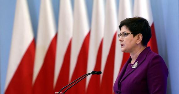 """Nie rozważam dymisji szefa MON Antoniego Macierewicza - powiedziała Beata Szydło. Na piątkowej konferencji szefowa rządu była pytana o to, czy rozważa zmiany na stanowisku ministra obrony narodowej. """"Nie rozważam"""" - zapewniła. Dopytywana, czy jest zadowolona z pracy Antoniego Macierewicza, premier odpowiedziała: """"Bardzo wyraźnie podkreślam, że nie ma w tej chwili dyskusji o zmianach w polskim rządzie""""."""