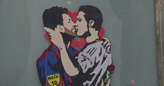 """Na kilka dni przed elektryzującym kibiców """"El Classico"""", artysta miejski Tvboy namalował w Barcelonie graffiti ukazujące dwóch rywalizujących ze sobą piłkarzy, Lionela Messiego i Cristiano Ronaldo, którzy... całują się."""