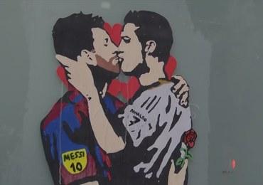 Romantyczny pocałunek Messiego i Ronaldo