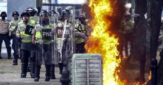 Kolejne ofiary starć w Caracas w Wenezueli. Nocą i w piątek nad ranem zginęło tam 11 osób. W sumie w wyniku fali przemocy na tle kryzysu politycznego i ekonomicznego w ciągu ostatnich tygodni zginęło w Wenezueli 20 osób.