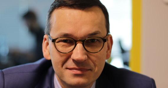 """Agencja S&P utrzymała rating dla Polski na poziomie """"BBB+"""". """"Spodziewałem się tego utrzymania naszej bardzo dobrej perspektywy gospodarczej"""" - ocenił w rozmowie z Krzysztofem Ziemcem w RMF FM wicepremier oraz minister rozwoju i finansów Mateusz Morawiecki. """"Warto podkreślić, że w momencie, kiedy agencje ratingowe przestały się zajmować polityką i interpretacjami zdarzeń politycznych, a popatrzyły bardziej głęboko na nasze dane gospodarcze, to doceniły ten wzrost gospodarczy, doceniły naszą stabilność makroekonomiczną i finansową"""" - podkreślił minister. """"To już nie jest taka polityka agencji ratingowej, pt. """"kopiuj - wklej"""" różnych wydarzeń, które się dzieją w kraju, w Polsce, tylko ktoś musi się przyglądać temu, co się dzieje w gospodarce"""" - mówił Morawiecki. Minister rozwoju i finansów, pytany przez Krzysztofa Ziemca o udział Wacława Berczyńskiego w procesie negocjacyjnym dot. caracali, odparł: """"Nie miałem pojęcia, że pan dr Berczyński się w ogóle interesował tym tematem. W całorocznych negocjacjach, które toczone były w ministerstwie rozwoju, w ogóle ani razu się to nazwisko nie pojawiło, ani razu nie było tego pana przy negocjacjach, ani razu nikt nigdy nie wspomniał tego nazwiska"""". Krzysztof Ziemiec dopytywał wicepremiera, czy wypowiedzi Berczyńskiego są konfabulacją. """"Myślę, że może to być coś podobnego"""" - odpowiedział gość. """"Trudno mi powiedzieć, co miał na myśli człowiek, którego kompletnie nie znam, nie widziałem, nie rozmawiałem i nie słyszałem, żeby cokolwiek wypowiadał się w tej kwestii"""" - podsumował Morawiecki."""