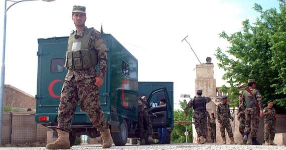 Liczba ofiar śmiertelnych piątkowego ataku talibów na bazę wojskową w Mazar-i-Szarif na północy Afganistanu wzrosła do 140. Był to największy zamach na afgańską bazę wojskową - podały źródła wojskowe.