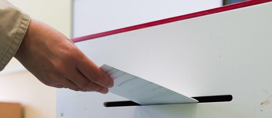 Nieusuwalność przez wójta przewodniczącego Obwodowej Komisji Wyborczej, wgląd w procedurę tworzenia list wyborców na każdym etapie czy przeniesienie siedziby PKW do osobnego budynku, to niektóre z propozycji, które przedstawił w sobotę Ruch Kontroli Wyborów. Powstał on w lutym 2015 r. w reakcji na nieprawidłowości, które - zdaniem przedstawicieli ruchu - zaistniały podczas wyborów samorządowych w 2014 roku.