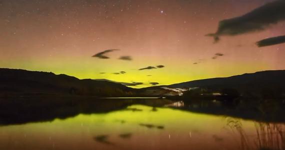 Czy aby zobaczyć zorzę polarną, trzeba się wyprawić na biegun? Jak się okazuje, niekoniecznie. W miejscowości Butchers Gully nagrano film pokazujący, jak niebo nad Nową Zelandią rozświetliła zapierająca dech w piersiach zorza.