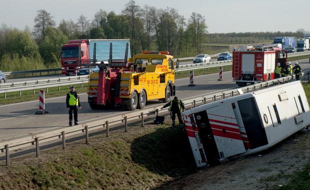 17 Białorusinów zostało rannych w wypadku autokaru wycieczkowego na autostradzie A2 między Łodzią a Łowiczem. Wszyscy trafili do szpitali; najciężej ranną osobę zabrał śmigłowiec Lotniczego Pogotowia Ratunkowego. Do wypadku doszło wczesnym rankiem w okolicy Zawad: kierowca z nieznanych przyczyn zjechał z trasy, autokar zsunął się z nasypu i przewrócił na bok.