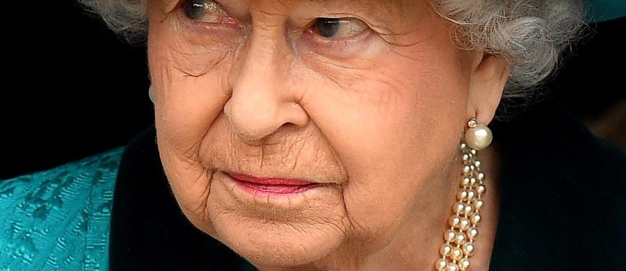 Brytyjska królowa Elżbieta II wybrała się na przejażdżkę konną. Nie zniechęciła ją nawet nieprzyjazna pogoda. Monarchini jest sędziwą osobą. W miniony piątek obchodziła 91. urodziny.