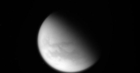 """NASA opublikowała najnowsze zdjęcia Tytana wykonane przez sondę Cassini podczas ostatniego bliskiego przelotu obok największego księżyca Saturna. 22 kwietnia sonda znalazła się zaledwie 979 kilometrów nad powierzchnią jedynego w Układzie Słonecznym księżyca obdarzonego gęstą atmosferą. Przesłane przez Cassiniego zdjęcia i wyniki obserwacji prowadzonych z pomocą radaru pomogą miedzy innymi w dokładniejszych badaniach znajdujących się na powierzchni Tytana charakterystycznych węglowodorowych jezior. Oddziaływanie grawitacyjne Tytana wprowadziło sondę na ostatnią serię orbit, nazwaną już """"Wielkim Finałem"""" misji."""