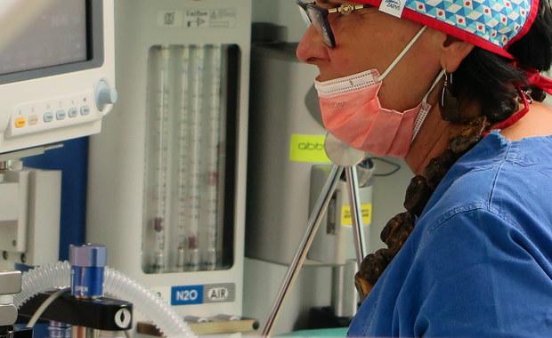 Umiejętności zamiast pełnej specjalizacji - tak Ministerstwo Zdrowia planuje rozwiązywać problemy z brakiem lekarzy. Jak dowiedział się reporter RMF FM Mariusz Piekarski, resort kończy przygotowywać programy zdobywania konkretnych umiejętności, dzięki którym lekarze mogliby wykonywać pewne procedury obok swojej podstawowej specjalizacji. Pediatrzy mogliby np. wykonywać EKG u dzieci. Ten system ma zacząć działać jeszcze w tym roku.