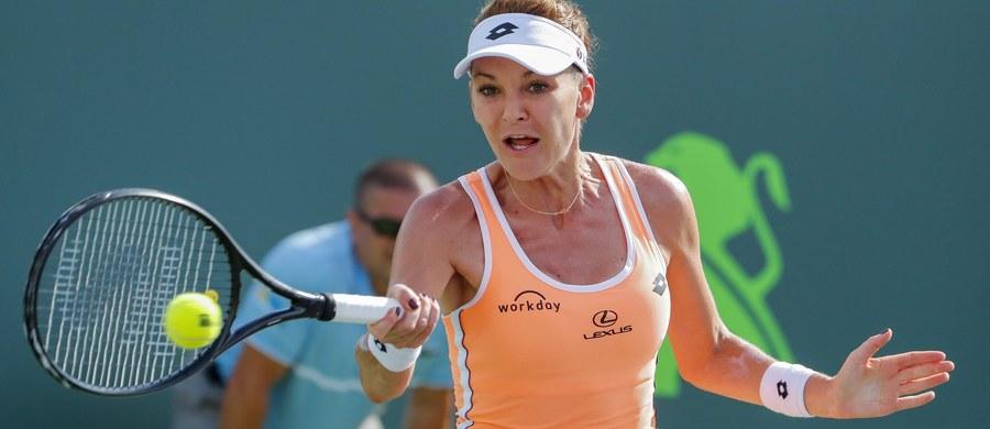 Rozstawiona z numerem siódmym Agnieszka Radwańska odpadła w 1. rundzie tenisowego turnieju WTA w Stuttgarcie (pula nagród 710 tys. dol.). Polka przegrała we wtorkowy wieczór z Rosjanką Jekateriną Makarową 2:6, 4:6.