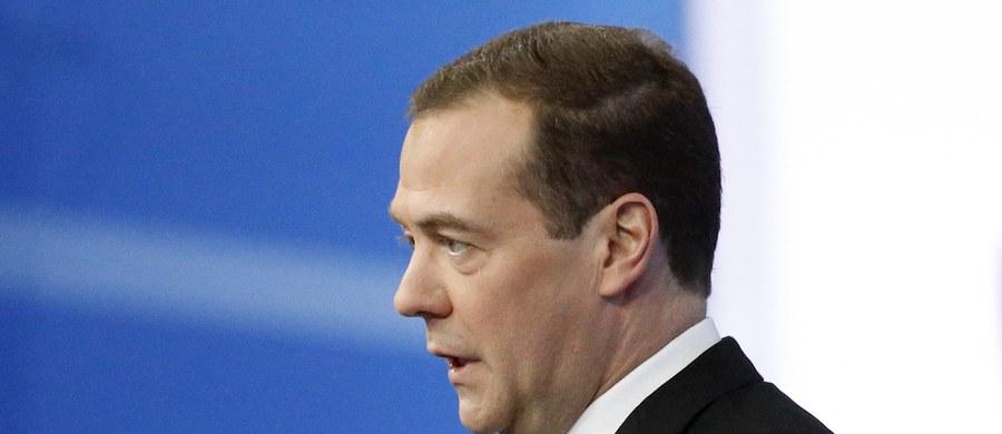45 proc. Rosjan chciałoby, aby premier Dmitrij Miedwiediew podał się do dymisji - pisze rosyjski portal RBK. Powołuje się on na sondaż przeprowadzony przez Centrum Analityczne Jurija Lewady, niezależną rosyjską pracownię badania opinii publicznej.