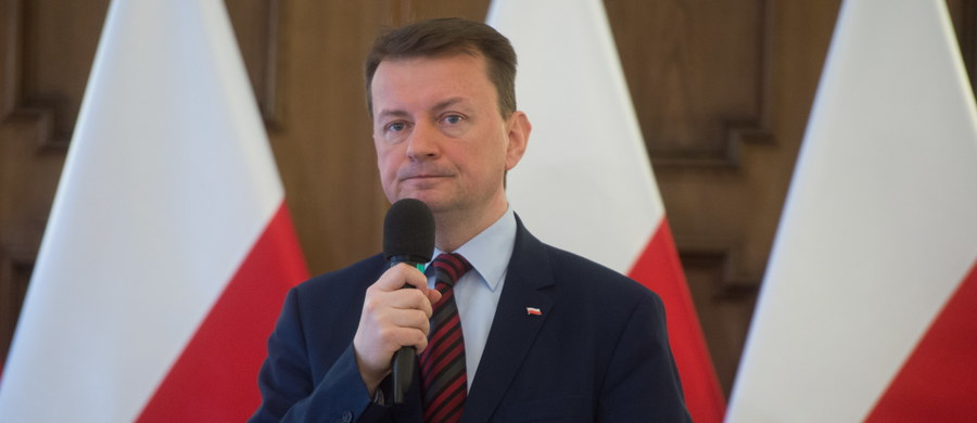 """Szef MSWiA Mariusz Błaszczak zarzucił organizacjom samorządowym"""" angażowanie się w spór polityczny po stronie """"totalnej opozycji"""". Według niego, tym właśnie jest zapowiedź udziału samorządowców w organizowanej przez PO 6 maja """"antyrządowej"""" manifestacji."""