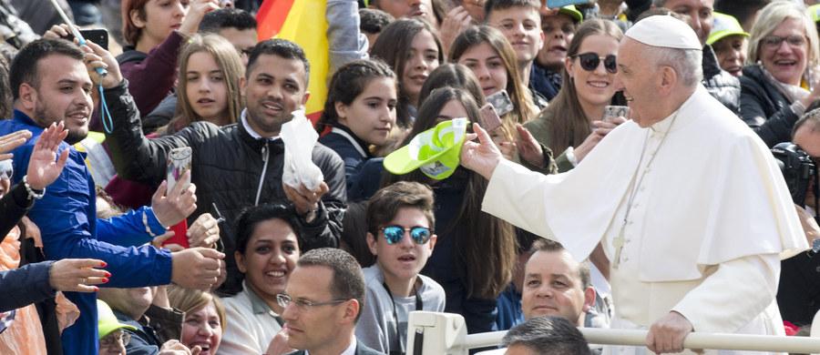 """Papież Franciszek powiedział, że także on jako syn imigrantów mógł znaleźć się wśród osób odrzuconych i pozbawionych szans. """"Często towarzyszy mi pytanie, dlaczego ich to spotkało, a nie mnie?"""" - mówił w orędziu na konferencję technologiczną w Kanadzie."""