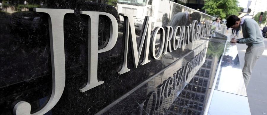 Amerykański bank inwestycyjny JPMorgan Chase może wybrać Warszawę na siedzibę swego centrum administracyjnego - podała agencja Reutera. Delegacja banku odwiedziła w zeszłym miesiącu Warszawę w poszukiwaniu nieruchomości, w której mogłaby powstać siedziba nowego centrum usług administracyjnych. Byłaby to największa tego typu inwestycja w Polsce.