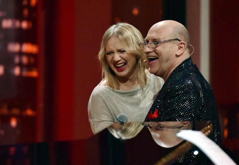 """Szeroka publiczność poznała pianistę Włodka Pawlika, gdy jako pierwszy Polak zdobył prestiżową statuetkę Grammy w kategorii jazz. W piątek (28 kwietnia) muzyk będzie gościem nowego docinka """"Jest okazja"""" w telewizyjnej Dwójce (godz. 22:20). Tradycją programu są muzyczne niespodzianki - jedną z nich będzie występ prezenterki TVP Marzeny Rogalskiej w specjalnej piosence."""