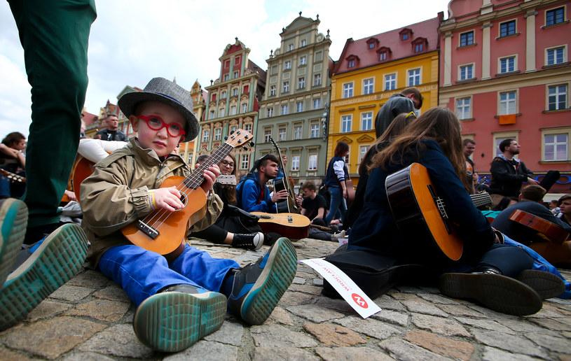W poniedziałek (1 maja) na Rynku we Wrocławiu odbędzie się kolejna próba pobicia Gitarowego Rekordu Guinessa. Uczestnicy w ten sposób będą mogli też nagrać swoją płytę, bo impreza będzie rejestrowana na potrzeby DVD.