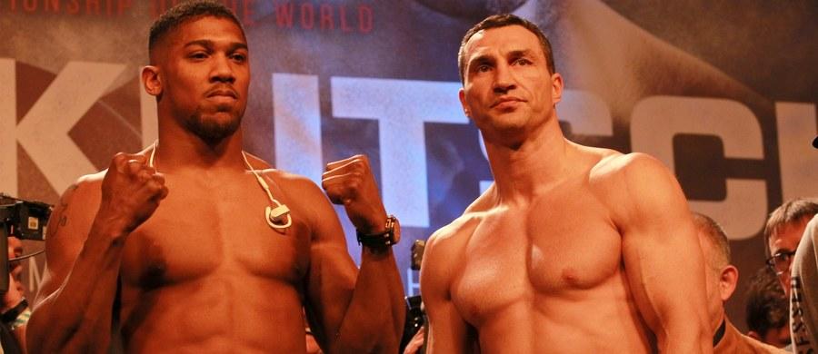"""To jedna z najbardziej wyczekiwanych konfrontacji, od 2002 roku kiedy Lennox Lewis mierzył się z Mike'em Tysonem. Na wypełnionym po brzegi londyńskim stadionie Wembley rękawice skrzyżują Anthony Joshua - młoda, wschodząca gwiazda, oraz Władimir Kliczko - wielki król, który na ringu rządził od dekady i po porażce z Tysonem Furym """"wraca po swoje""""."""