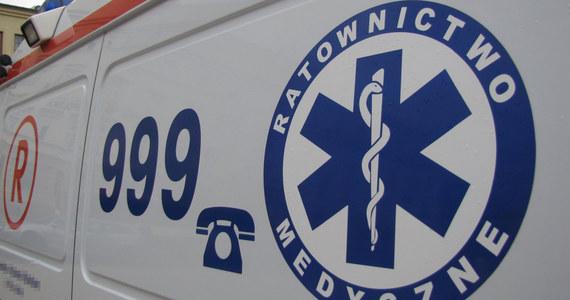 Dramatyczny wypadek w Ostrołęce: z okna na drugim piętrze bloku wypadł półtoraroczny chłopiec. Jest w szpitalu.