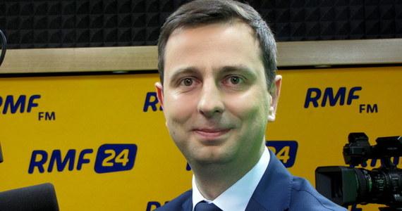 """""""Prezydent w części zaakceptował nasze propozycje, ale najważniejsze zmiany powinny dotyczyć Sądu Rejonowego, nie Sądu Najwyższego"""" – mówił w Popołudniowej rozmowie w RMF FM prezes Polskiego Stronnictwa Ludowego Władysław Kosiniak-Kamysz. Szef ludowców uważa także, że w sprawie reform sądownictwa niezbędne są konsultacje z organizacjami pozarządowymi i środowiskami prawniczymi, a nie tylko rozmowy z politykami. """"My dlatego zgłosimy wniosek o wysłuchanie publiczne. Zachęcałem dwukrotnie prezydenta do tego. Za pierwszym razem się zastanawiał. Mam nadzieję, że prezydent przyjmie nasze zaproszenie i jego przedstawiciel będzie na wysłuchaniu publicznym"""" – dodał. Przyznał także, że potrzebne jest zmniejszenie kosztów sądowych. """"Dziś mała polska firma nie jest w stanie dochodzić swoich praw i sprawiedliwości"""" – powiedział rozmówca Marcina Zaborskiego. Dodał także, że nie podobają mu się kłótnie między dwiema innymi partiami opozycyjnymi - PO i Nowoczesną. """"To powoduje, że tracimy – jako opozycja – szansę na decydowanie o tym, że to na naszych warunkach będzie rozgrywana gra. A tak wpisujemy się w scenariusz PiS-u"""" – mówił. """"Ja jestem zwolennikiem, by dwie ideowo bliskie formacje polityczne nie oddzielały się od siebie murem i ścigały, która jest ważniejsza"""" – zaznaczył."""