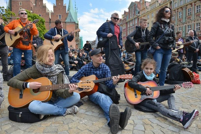 Gitarowy Rekord Guinessa z 2016 r. pozostał niepobity - w poniedziałek (1 maja) na Rynku we Wrocławiu zagrało 6299 gitarzystów.