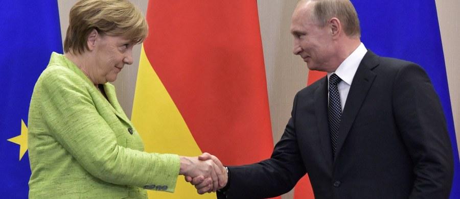 Przywódcy Rosji i Niemiec - Władimir Putin i Angela Merkel - zapewnili o aktualności porozumień mińskich i formatu normandzkiego - mechanizmów, których celem jest uregulowanie konfliktu w Donbasie - i ocenili, że nie są potrzebne nowe porozumienia. Putin zapewnił podczas konferencji po spotkaniu z niemiecką kanclerz, że Rosja nigdy nie ingeruje w życie polityczne innych krajów. Określił jako pogłoski opinie dotyczące wpływu Rosji na procesy wyborcze w USA. Merkel poruszyła także temat dot. prześladowań homoseksualistów w Czeczenii.