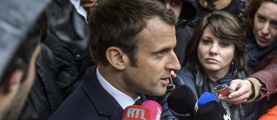 """Polski resort spraw zagranicznych wydał oświadczenie ws. kontrowersyjnej wypowiedzi Emmanuela Macrona, kandydata na prezydenta Francji. """"Z żalem odnotowujemy, że po raz kolejny w czasie kampanii prezydenckiej we Francji, kraju sojuszniczym, należącym tak jak Polska do NATO i Unii Europejskiej, kandydat ubiegający się o najwyższy urząd w państwie, używa niedopuszczalnych porównań i skrótów myślowych, które wprowadzają w błąd opinię publiczną"""" – napisano w dokumencie."""