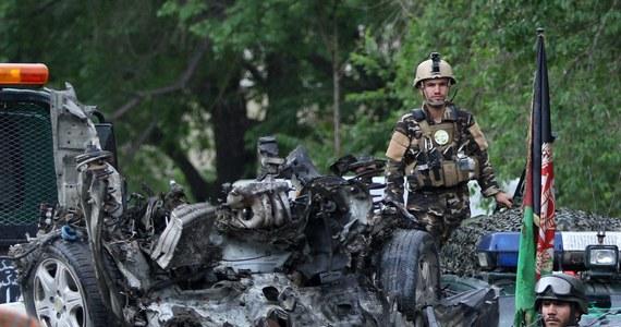 """Eksplozja w centrum Kabulu. W sąsiedztwie kompleksu budynków wykorzystywanych przez cywilną misję NATO """"Resolute Support"""", która zajmuje się szkoleniem afgańskiego wojska i policji wysadził się zamachowiec-samobójca. Zginęło 8 osób, a co najmniej 28 zostało rannych."""