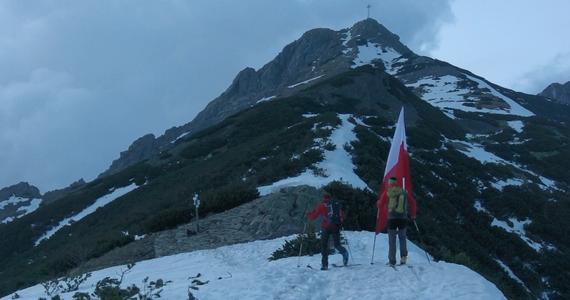 2 maja biało-czerwona sztafeta RMF FM przemierzyła całą Polskę. Flaga, z którą o poranku ruszyliśmy z Helu, wieczorem znalazła się na Giewoncie. Zanieśli ją tam sportowiec Andrzej Bargiel i ratownik TOPR Andrzej Mikler.