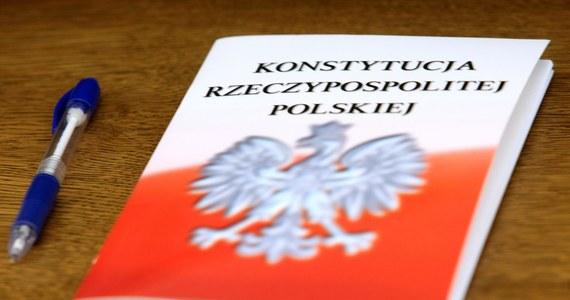 """""""3 maja i obchody rocznicy uchwalenia Konstytucji powodują, że jest wtedy poruszany temat zmian dot. ustawy zasadniczej; to nie jest coś, co musi zaowocować. My jednak traktujemy zapowiedzi prezydenta poważnie"""" - tak lider Polskiego Stronnictwa Ludowego Władysław Kosiniak-Kamysz skomentował zapowiedź prezydenta Andrzeja Dudy dot. referendum ws. konstytucji. """"Nie wiem, z czego wynika taka propozycja, możliwe, że jest to element walki o prymat w PiS, wtedy niedobrze stałoby się, gdyby używano do tego typu rozgrywek konstytucji. Jeśli jednak jest inaczej - czekamy na szczegóły"""" - dodał. """"Cieszymy się, że pan prezydent chce dyskutować"""" - podkreślił z kolei wicemarszałek Sejmu Stanisław Tyszka (Kukiz'15)."""