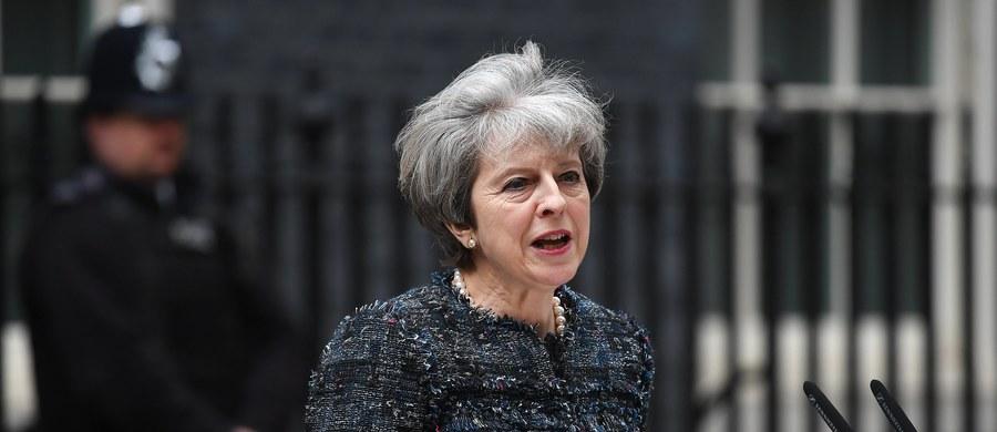 """Brytyjska premier Theresa May oskarżyła w środę unijnych przywódców o """"specjalnie wymierzone"""" groźby pod adresem Wielkiej Brytanii, które jej zdaniem mogą być próbą wpłynięcia na wynik czerwcowych, przedterminowych wyborów parlamentarnych."""