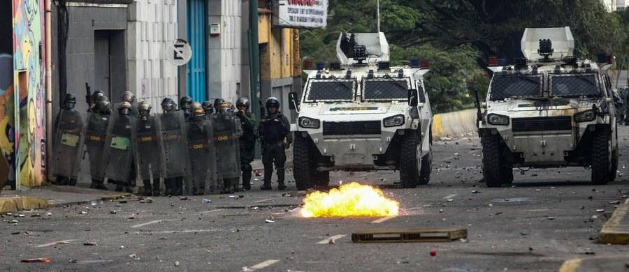 Podczas starć między policją a zwolennikami opozycji w stolicy Wenezueli, Caracas, w tłum demonstrantów wjechał wóz pancerny. Co najmniej jedna osoba została ciężko ranna.