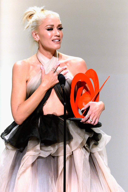 """Gwen Stefani, której podczas podróży samolotem pękł bębenek w uchu, zaśpiewała na żywo w programie """"The Voice"""", w którym jest jedną z trenerek."""