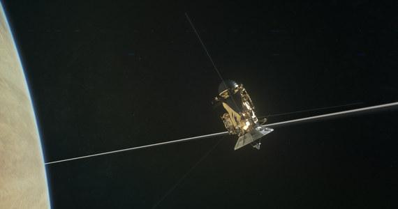 NASA opublikowała film złożony ze zdjęć wykonych przez sondę Cassini podczas pierwszego w historii przelotu między Saturnem, a  wewnętrzna krawędzią jego pierścieni. Po raz pierwszy sonda obserwowała powierzchnię chmur Saturna z tak bliska. Ostatni etap misji Cassiniego, nazwany Grand Finale, przewiduje w sumie 22 takie przeloty zanim 15 września sonda wpadnie w gęste warstwy atmosfery i spłonie.