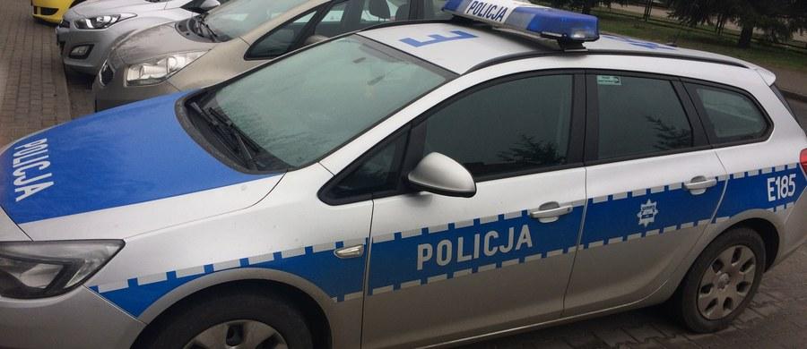 Małopolska policja zatrzymała kierowcę, który w Skawinie wjechał swoim samochodem w radiowóz, a następnie uciekł z miejsca zdarzenia.