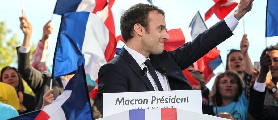Rośnie popularność faworyta wyborów prezydenckich we Francji – centrysty Emmaneula Macrona. Według rezultatów najnowszego sondażu, zdecydowanie pokona on w niedzielę szefową skrajnej prawicy Marine Le Pen – otrzymując aż 62 procent głosów. Autorzy sondażu podkreślają jednak, że nie oznacza to, iż jego propozycje wyborcze podobają się coraz większej liczbie rodaków.