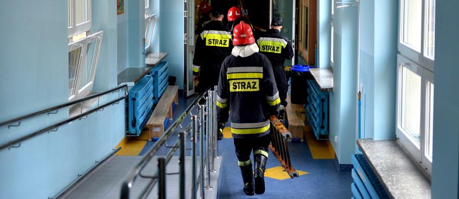35 dzieci ze szkoły nr 9 w Mielcu w województwie podkarpackim, które wczoraj uległy zatruciu podczas apelu, prawdopodobnie jeszcze dzisiaj opuści szpitale. W sumie pomocy udzielono 45 uczniom szkoły, a prawie 400 ewakuowano. Szkoła nie działa, a na miejscu prowadzone są specjalistyczne badania.