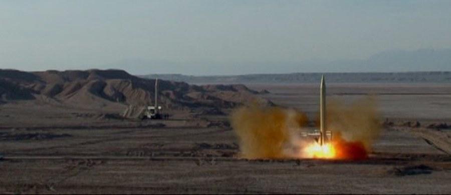 W związku z przeprowadzoną w tym tygodniu przez Iran próbą wystrzelenia pocisków rakietowych z zanurzonego miniaturowego okrętu podwodnego, Pentagon zaczął obserwować powiązania militarne między Iranem a Koreą Północną. Przedstawiciel Pentagonu ujawnił, że z raportów wywiadowczych wynika, iż ów okręt podwodny należący do Iranu zbudowany został na podstawie projektów pochodzących z Pjongjangu.