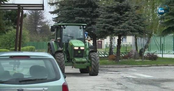 Maturzysta z Ostrowa Wielkopolskiego na egzamin przyjechał ciągnikiem. Dla nastolatka to nic nadzwyczajnego, bo traktor dla niego to środek transportu jak każdy inny. O tym, że młody chłopak podjechał przed szkołę ciągnikiem, zadecydowały namowy kolegów.