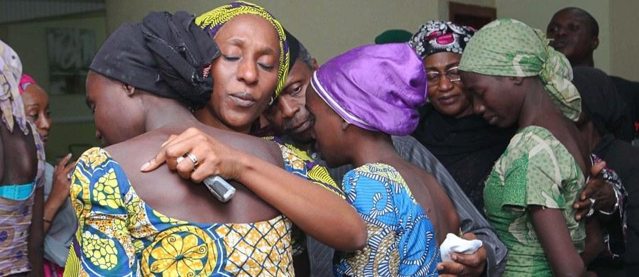 Islamiści z ugrupowania Boko Haram uwolnili 82 uczennice, uprowadzone w kwietniu 2014 roku z liceum w Chibok na północnym wschodzie Nigerii - poinformował nigeryjski rząd.