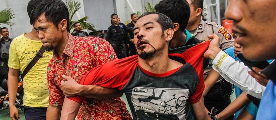 Indonezyjska policja wciąż poszukuje ok. 200 więźniów, którzy w piątek uciekli z więzienia w Pekanbaru na Sumatrze. Do zdarzenia doszło w trakcie uroczystych modłów w piątek rano.