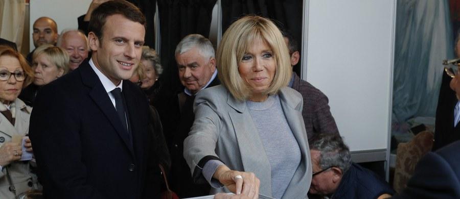 Jeśli wierzyć sondażom, 39-letni Emmanuel Macron zostanie dziś wybrany na ósmego prezydenta V Republiki Francuskiej. Według ostatnich sondaży Macron ma poparcie 61-63 proc. wyborców, Marine Le Pen popiera 37-38,5 proc.